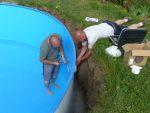 Vierhändiger Einbau des Unterwasserscheinwerfers